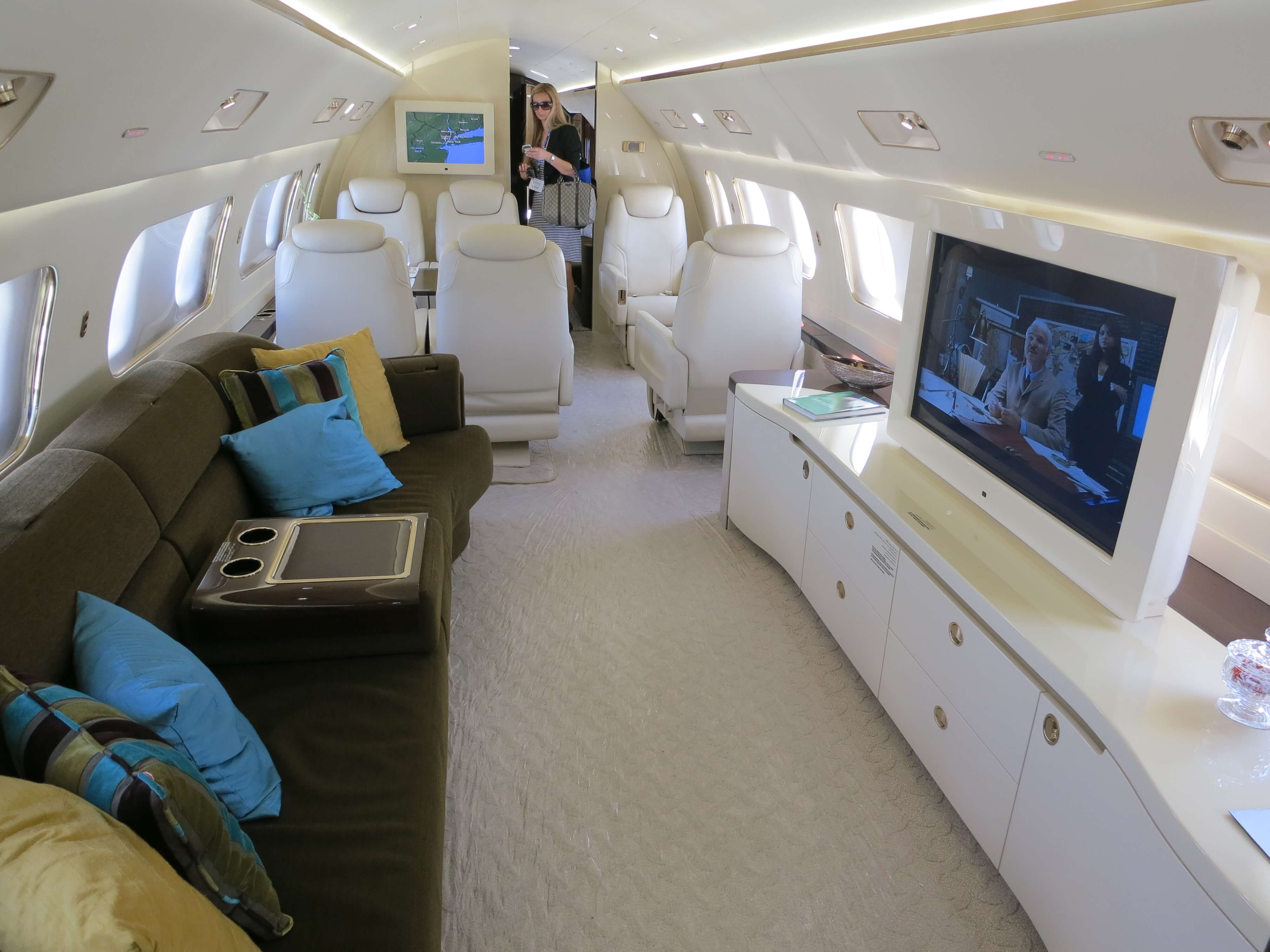 Embraer_Lineage_1000_Cabin_Couch
